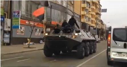 Ukrajinsko osobno oklopno vozilo sa crno-crvenom zastavom nazi-suradnika Stepana Bandera.