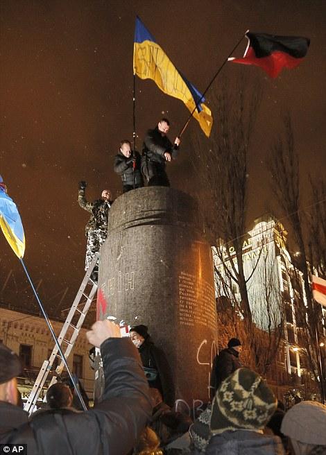 Prosvjednici srušili Lenjina i na njegovo mjesto došla zastava od nacista okupirane Ukrajine