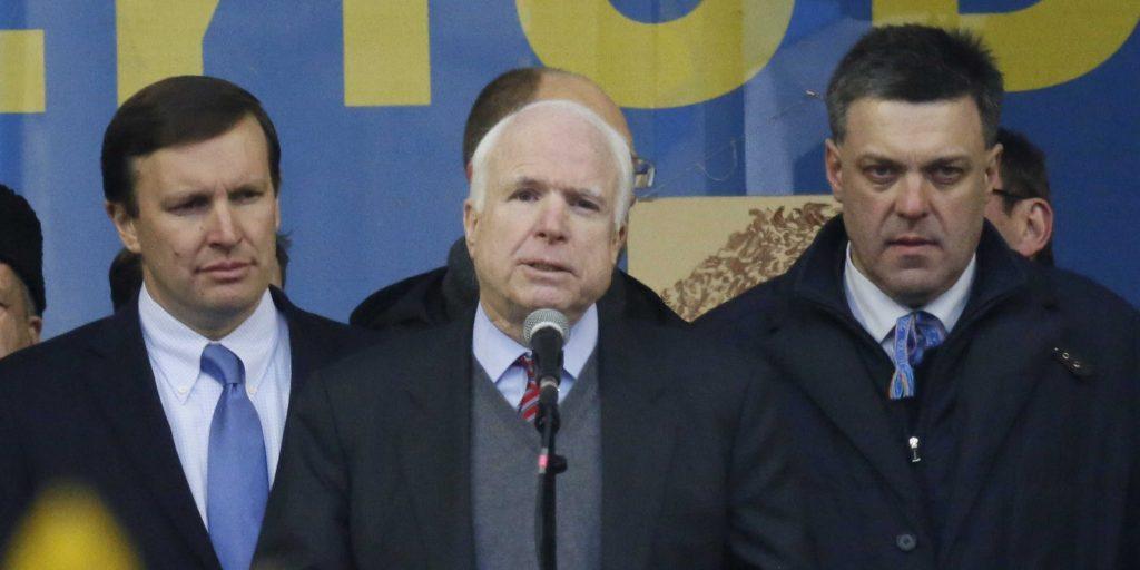 Američki senator John McCain i neo-naci lider Oleh Tyahnybok (desno)
