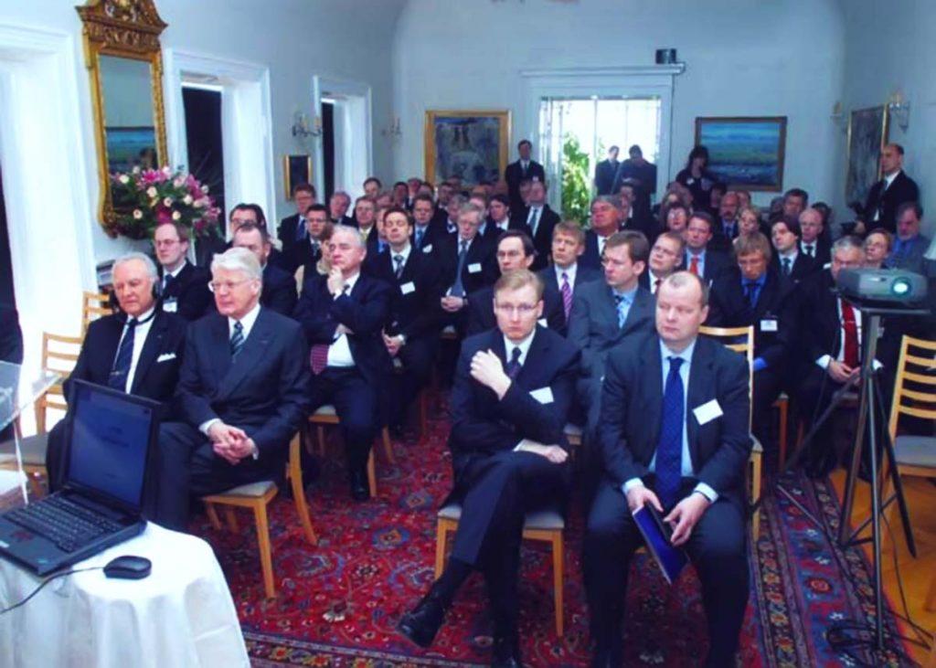 Predsjednik Islanda Olafur Ragnar Grimsson na sastanku s bankarima na samom početku procesa riješavanja krize ---- danas je dobar dio ovih bankara sa slike u zatvoru