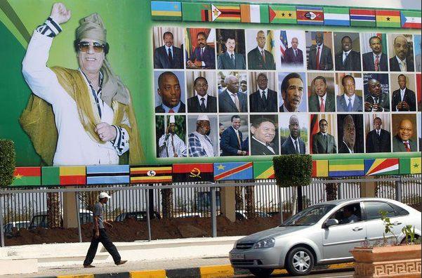 U obalnom gradu Sirte 9. listopada 2010. održan je izvanredni summit Arapske lige i arapsko-afričkog summit kojim je najevljeno osnivanje ujedinjene Afrike. Promoviran je Arapski zlatni dinar (protuvrijednost čija u zlatu se čuvala u Sirtu). To je bio znak za uzbunu kod kolinijalne elite.
